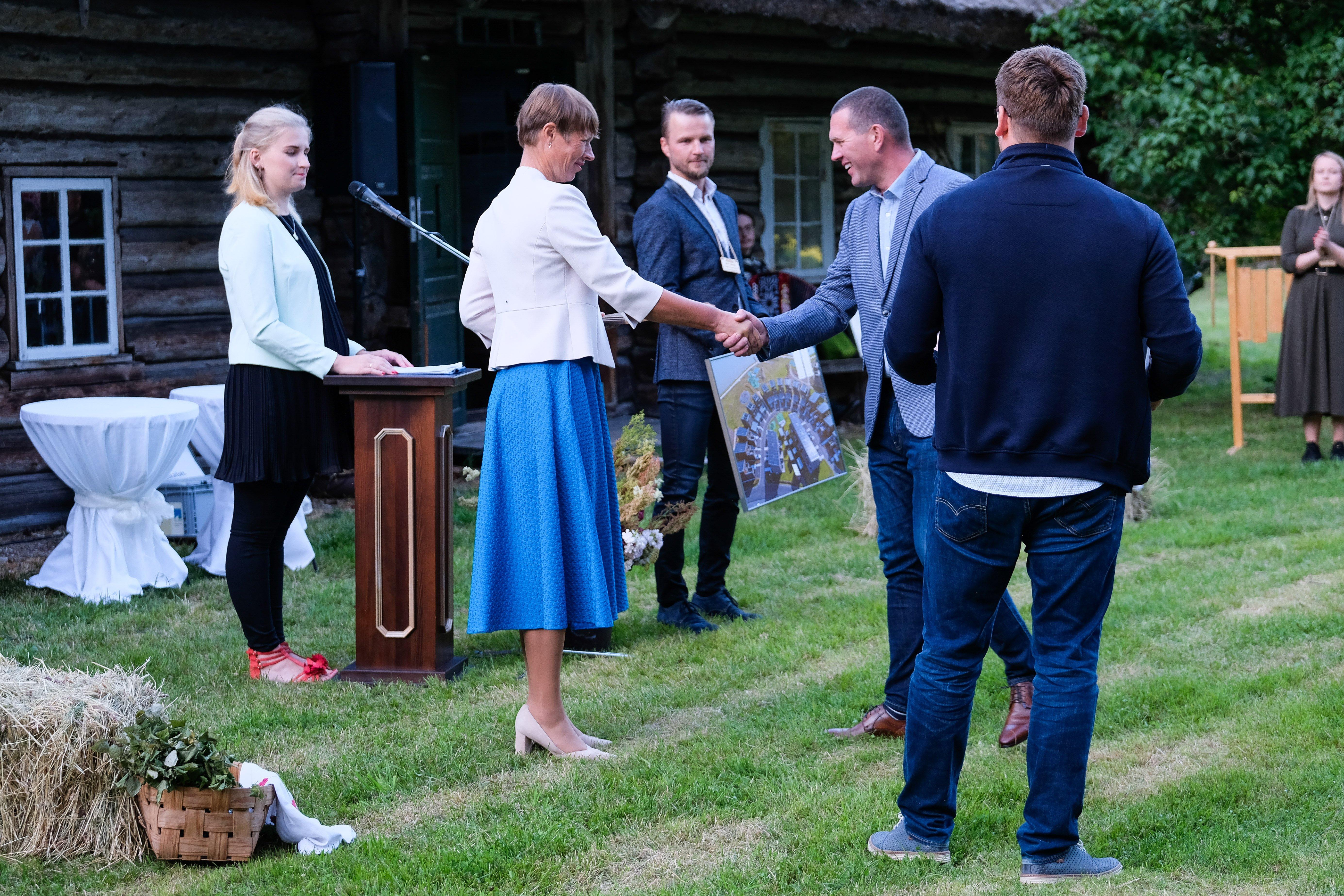 Kersti Kaljulaid overrekker pris til Arca Nova